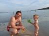 Papa und Sohn am Sandstrand - man beachte im Hintergrund wie seicht es hier ist